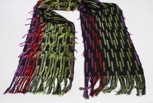 grön röd fransig sjal närbild